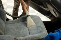Чистка автокресла с влажным пылесосом Стоковое Фото