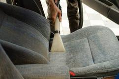 Чистка автокресла с влажным пылесосом Стоковое фото RF