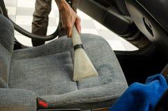 Чистка автокресла с влажным пылесосом Стоковые Фотографии RF