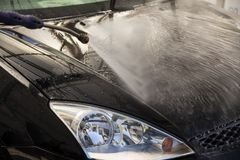 Чистка автомобиля моя с пеной и hi надавленная вода стоковая фотография rf