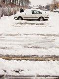 чистка автомобиля с снежка Стоковые Изображения