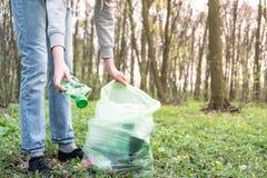 Чистка-вверх лес пластикового отброса стоковые изображения rf