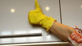 Чистка весны дома завершена и рука женщины в желтой резиновой перчатке показывает радостные смешные жесты большого пальца руки на акции видеоматериалы