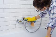 Чистка дома Женщина очищает в ванной комнате дома Стоковое Изображение RF