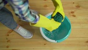 Чистка дома, уборщица сжимает ткань акции видеоматериалы