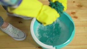 Чистка дома, уборщица сжимает ткань видеоматериал
