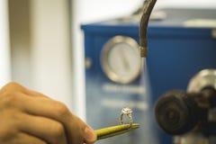 Чистка драгоценного кольца с бриллиантом Стоковые Фото