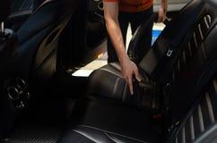 Чистка интерьера автомобиля с пылесосом Стоковая Фотография