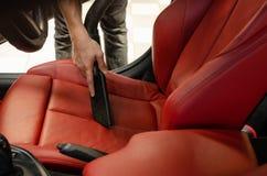 Чистка интерьера автомобиля с пылесосом Стоковое Изображение