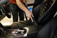 Чистка интерьера автомобиля с пылесосом Стоковые Изображения
