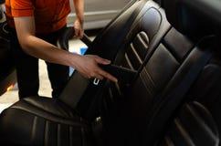 Чистка интерьера автомобиля с пылесосом Стоковая Фотография RF