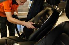 Чистка интерьера автомобиля с пылесосом Стоковые Изображения RF