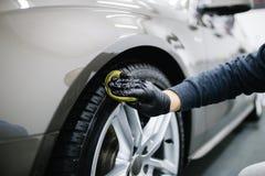 Чистка и полировать автомобиля стоковые фото