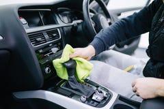 Чистка и полировать автомобиля стоковые изображения