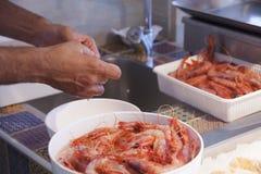 Чистка креветки морепродуктов Стоковая Фотография
