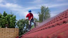 Чистка крыши дома с инструментом давления акции видеоматериалы