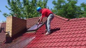 Чистка крыши дома с инструментом давления сток-видео