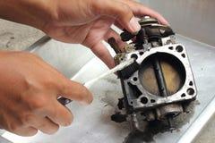Чистка клапана дросселя стоковые фотографии rf