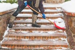 Чистка лестницы шагает от лопаткоулавливателя снега пластмасс Стоковые Фото