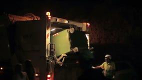 Чистка ночи отброса работниками на мусоровозе Cala Mendia Мальорка ночи latvia города рождества сказ fairy захолустный скоро подо сток-видео
