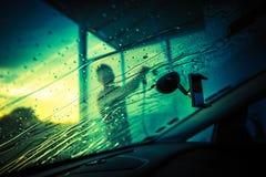 Чистка лобового стекла автомобиля Стоковое Фото