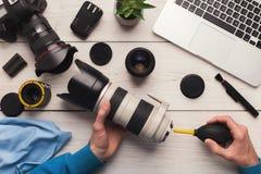 Чистка объектива фотоаппарата с взгляд сверху специального инструмента стоковая фотография
