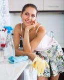 Чистка домохозяйки на кухне Стоковые Изображения