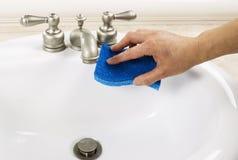 Чистка раковины ванной комнаты стоковая фотография