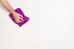 Чистка руки против белой предпосылки Стоковое Фото
