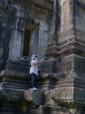 Чистка смотрителя на парке Phimai историческом Prasat Hin Phimai стоковое фото rf