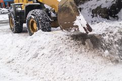 Чистка снега в городе Специальная машина стоковые изображения rf