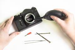 Чистка старой камеры стоковые изображения rf
