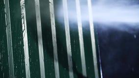 Чистка стены с высоким уборщиком давления Близко - вверх сильной стены металла стирки давления воды против темной предпосылки акции видеоматериалы