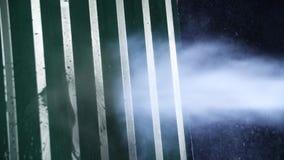 Чистка стены с высоким уборщиком давления Близко - вверх сильной стены металла стирки давления воды против темной предпосылки видеоматериал