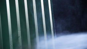 Чистка стены с высоким уборщиком давления Близко - вверх сильной стены металла стирки давления воды против темной предпосылки сток-видео