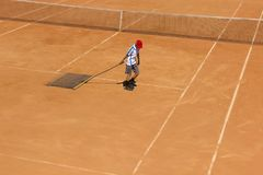 Чистка теннисного корта Обслуживание суда Чистка земли для тенниса Стоковые Фотографии RF