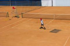 Чистка теннисного корта Обслуживание суда Чистка земли для тенниса Стоковые Изображения RF
