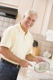 чистка dishes человек Стоковое Изображение RF
