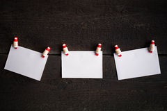 3 чистого листа бумаги прикрепленного к веревочке прикрепляют концепцию рождества Стоковые Фотографии RF