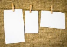 3 чистого листа бумаги повешенного от деревенской винтажной вешалки Стоковая Фотография