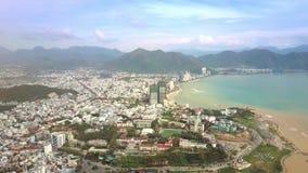 Чистое море после тайфуна моет городок под лазурным небом сток-видео