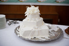 Чисто белый торт с сметанообразными цветками стоковое фото rf