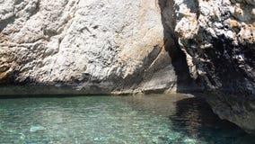Чисто открытое море на предпосылке скалистых утесов острова, котор нужно переместить тропическо стоковая фотография rf