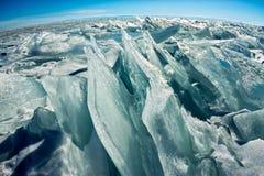 Чисто прозрачные торошения льда Lake Baikal через солнце сияющие в заходе солнца стоковые фото