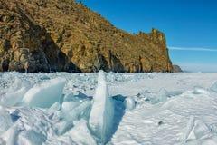 Чисто прозрачные торошения льда Lake Baikal через солнце сияющие в заходе солнца стоковое фото rf
