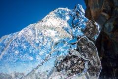 Чисто прозрачный лед Lake Baikal через солнце сияющий в заходе солнца стоковая фотография