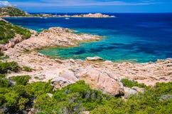 Чисто ясная лазурная морская вода и изумительные утесы на побережье острова Maddalena, Сардинии, Италии стоковая фотография