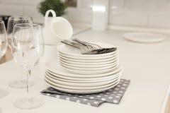Чистые блюда, стекла и столовый прибор на таблице стоковые фото