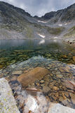 Чистые воды Ledenoto & x28; Ice& x29; Озеро и облака над пиком Musala, горой Rila Стоковая Фотография RF