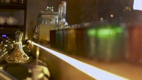 Чистые граненные покрашенные стекла и бутылка лимонада на баре Взгляд изнутри бара видеоматериал